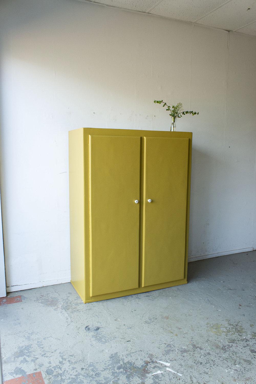 Okergele kledingkast met twee deuren -  Firma zoethout_4.jpg