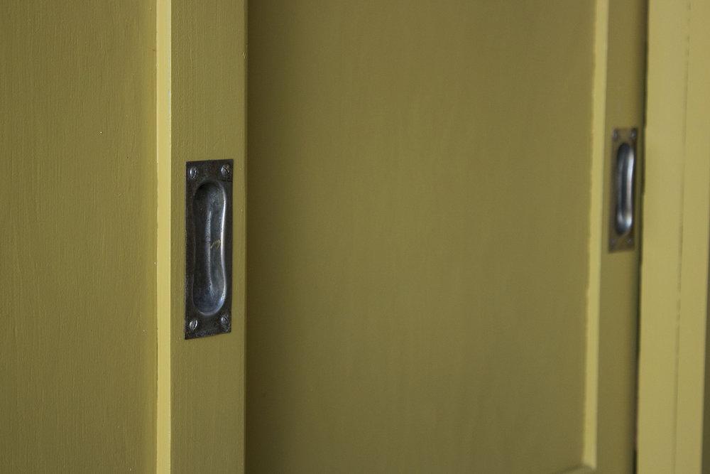 Okergele kast met schuifdeuren detail -  Firma zoethout.jpg