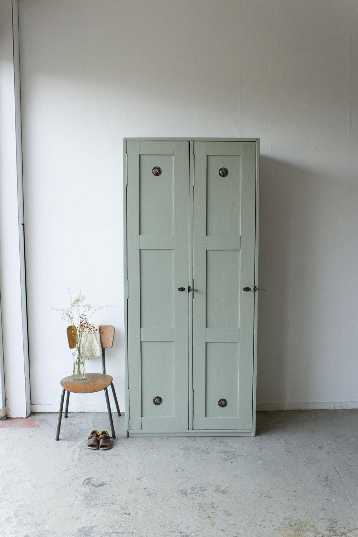 Grijsgroene houten vintage locker -  Firma zoethout.jpg