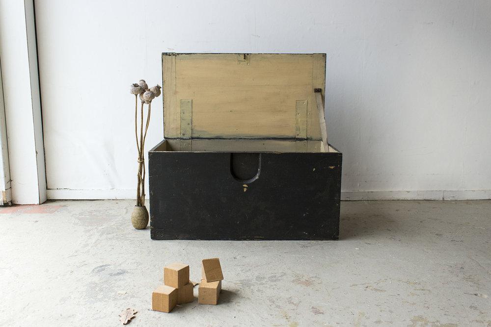 5040 - -Zwarte vintage speelgoedkist - Firma zoethout_1.jpg