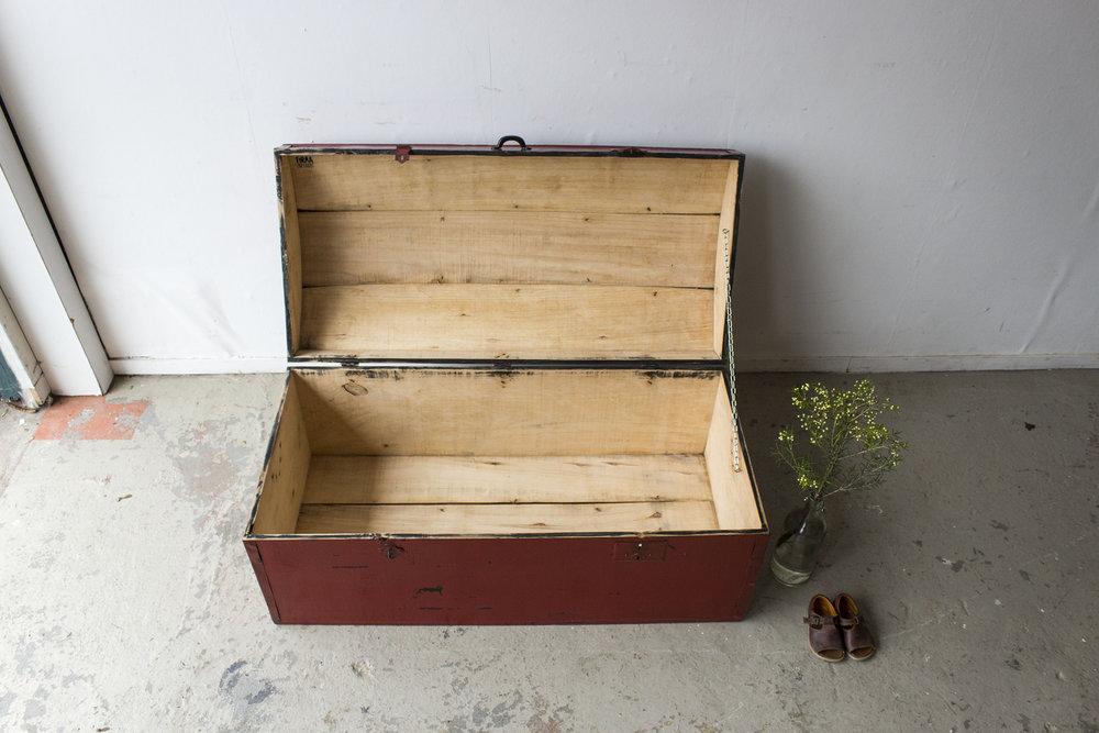 5045 - Rode vintage kist met bolle deksel - Firma zoethout_3.jpg
