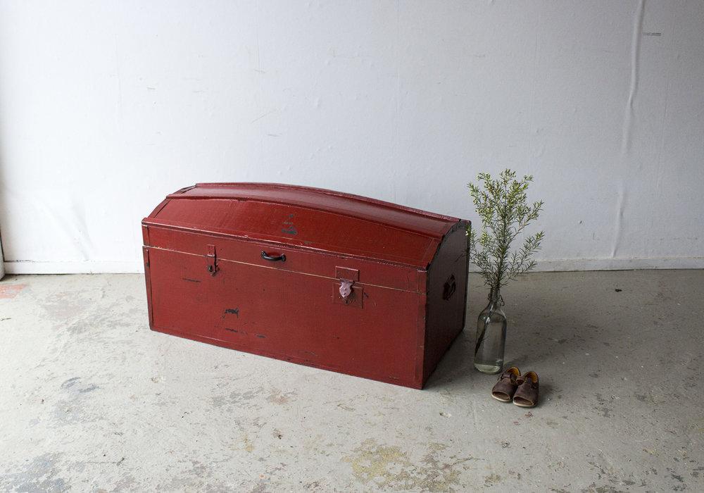 5045 - Rode vintage kist met bolle deksel - Firma zoethout.jpg