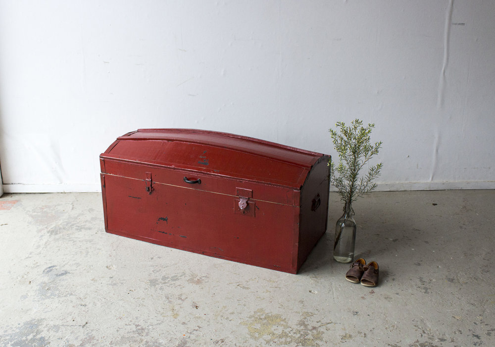 Rode vintage kist met bolle deksel - Firma Zoethout