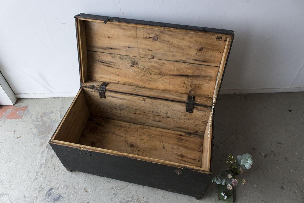 5044 - Zwarte vintage kist met bolle deksel - Firma zoethout_3.jpg