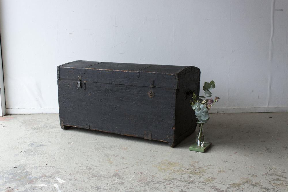 5044 - Zwarte vintage kist met bolle deksel - Firma zoethout.jpg
