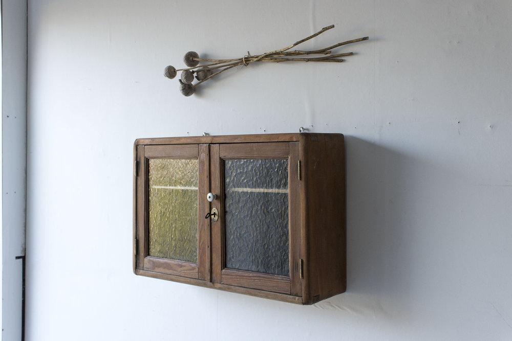 6047 - vintage wandkastje met glas in deurtjes - Firma Zoethout_1.jpg