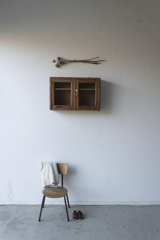 6047 - vintage wandkastje met glas in deurtjes - Firma Zoethout.jpg