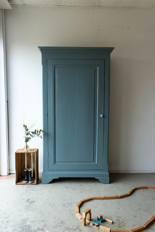1465 - Grijsblauwe vintage kledingkast.jpg