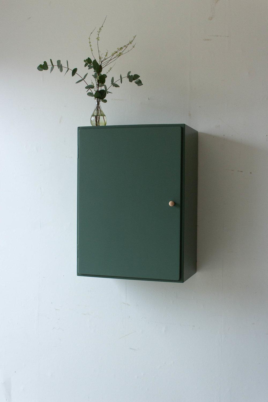 6035 - Dennengroen wadkastje met houten knop.jpg