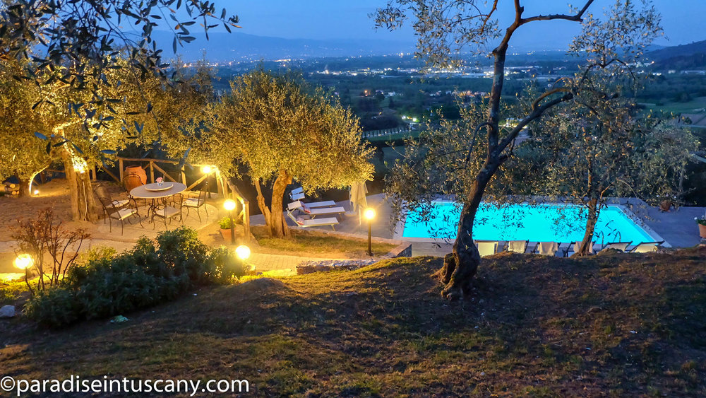 Villa del Cardinale: The view from the pool area by night