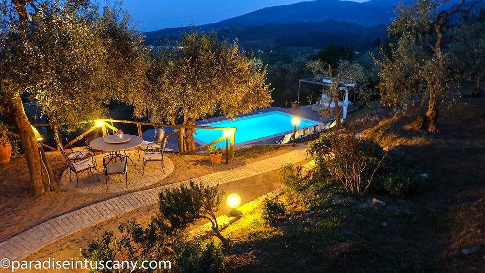 Villa del Cardinale: The pool area by night