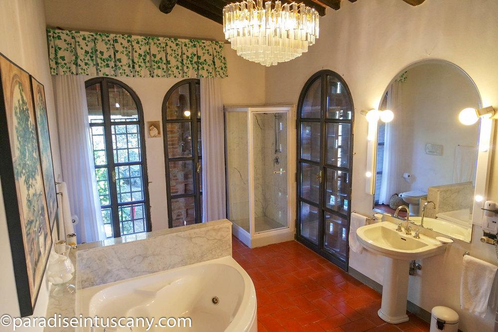 Villa del Cardinale: The master bathroom