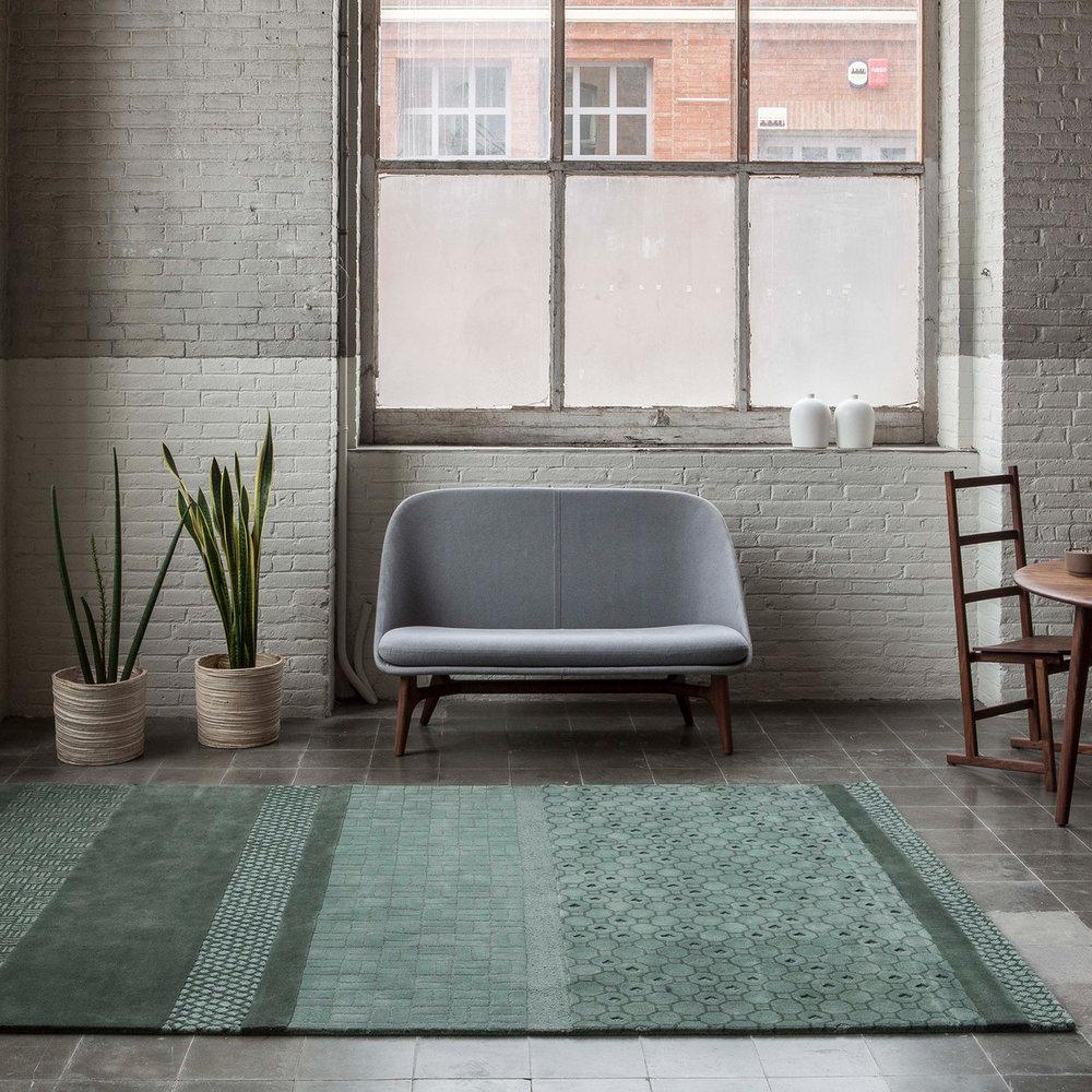 nanimarquina-Jie-Teppich-seladon-Ambiente-Sofa.jpg