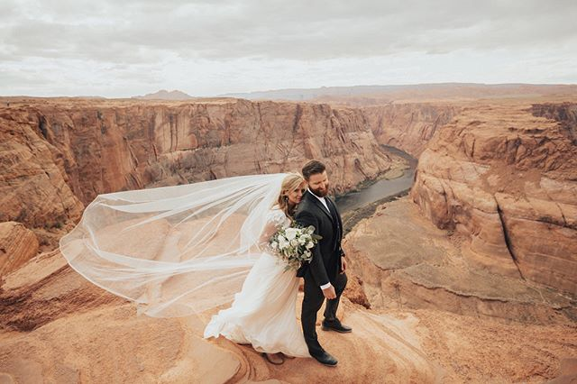 Katherine & Patrick had the most stunning elopement at Horseshoe Bend. Lucky to call these amazing two people-besties. 📸 @jessicajanaee #lilacfloral #horseshoebend #elopement