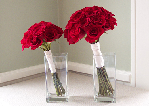 toss bouquet and bridal bouquet with red Freedom roses