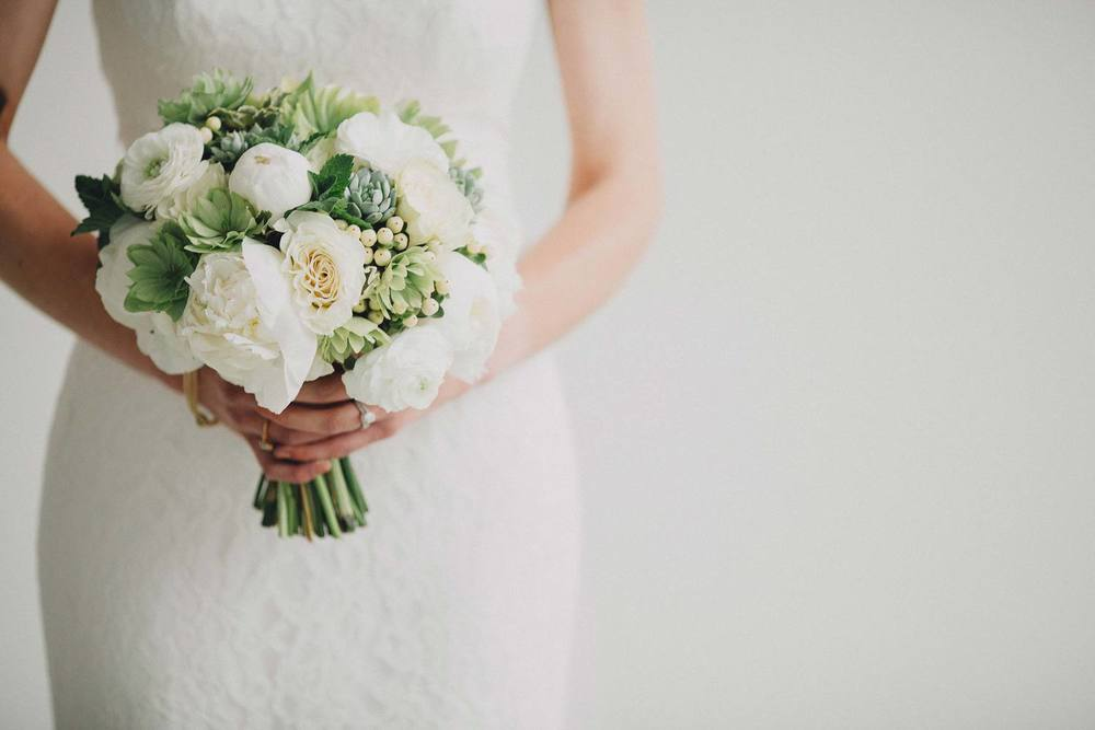 Modern green and white bouquet by Cincinnati wedding florist Floral Verde. Photography by The Brauns. ADC Gallery, Cincinnati, OH.