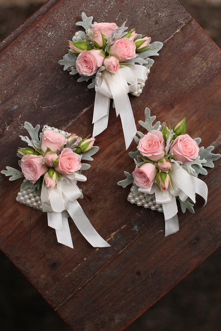 Blush rose wrist corsages by Cincinnati wedding florist Floral Verde.