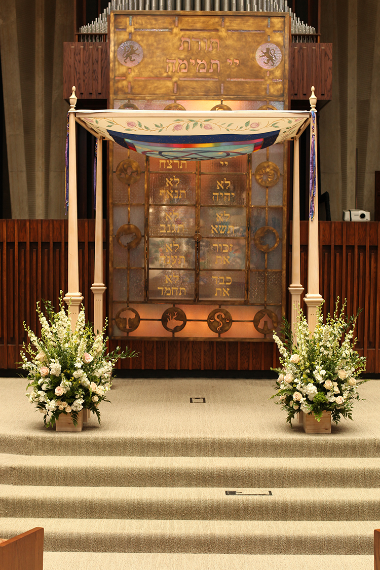Wedding chuppah flowers at Rockdale Temple. Flowers by Cincinnati florist Floral Verde.