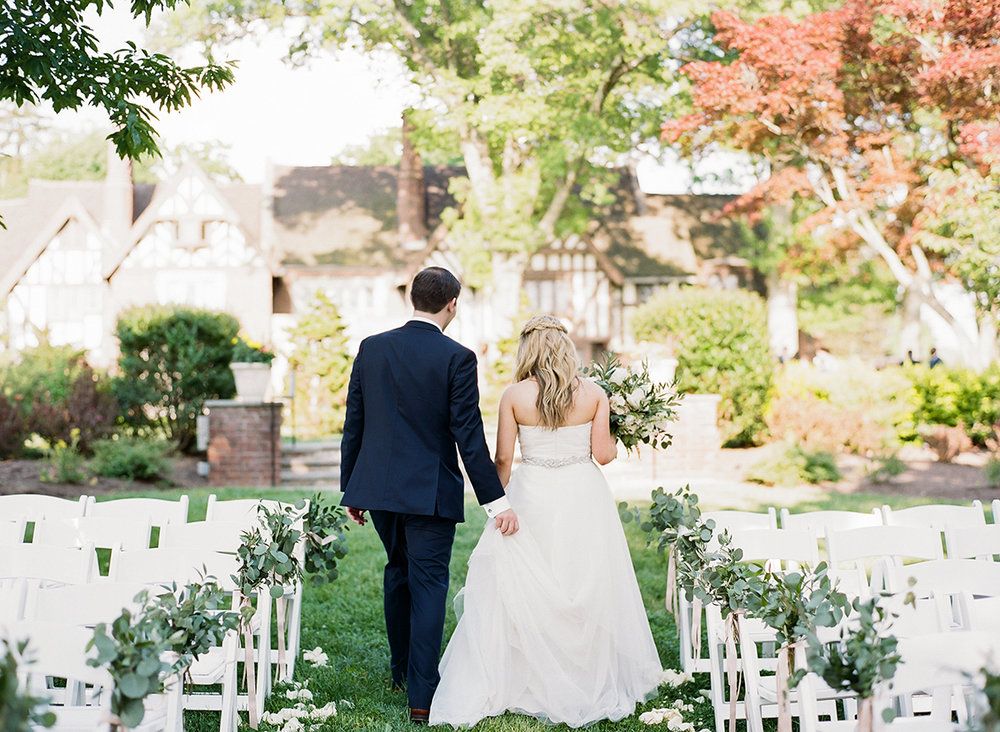 Wedding ceremony at Pinecroft Mansion. Image by Lane Baldwin Photography. Flowers by Floral Verde.