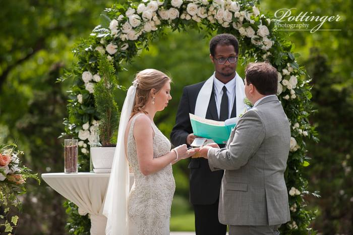 Wedding ceremony at Pinecroft Mansion in Cincinnati, Ohio. Image by Pottinger Photography. Flowers and rental arch by Floral Verde.