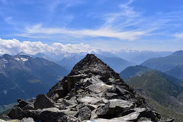 Ridge line #trailrunning in the Swiss alps