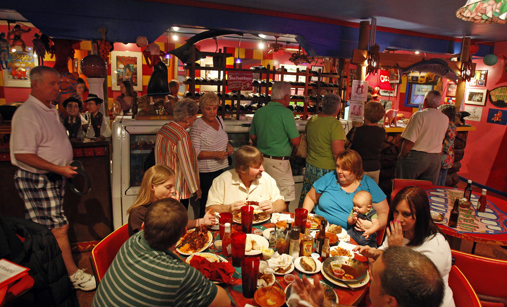 The Main Dining Room at Cuz's.  Photo by Bob Brown, Richmond Times-Dispatch.