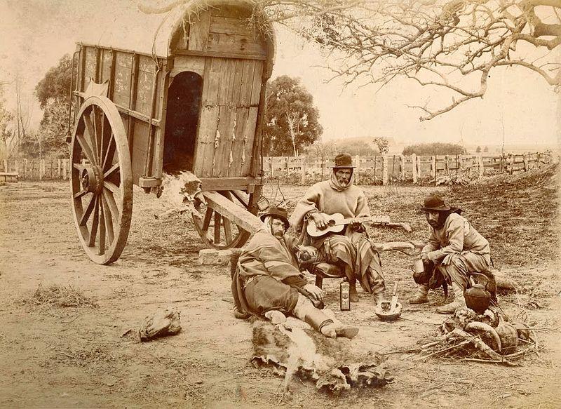 1890's_Trabalhadores_rurais_argentinos_em_um_descanso,_Tocando_violão_e_tomando_mate..jpg