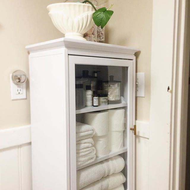 I get bored with my decor quickly, so this weekend I switched some furniture around and repurposed some accessories I already own to make things feel fresh. I'm still working on styling my vanity. Not a fan right now, but I have some ideas. I'm open to suggestions👇🏽. Also, why was this cabinet not in my bathroom in the first place? #interiordesign #apartmenttherapy #mydomaine #lonnyliving #interiorstyling #currenthomeview