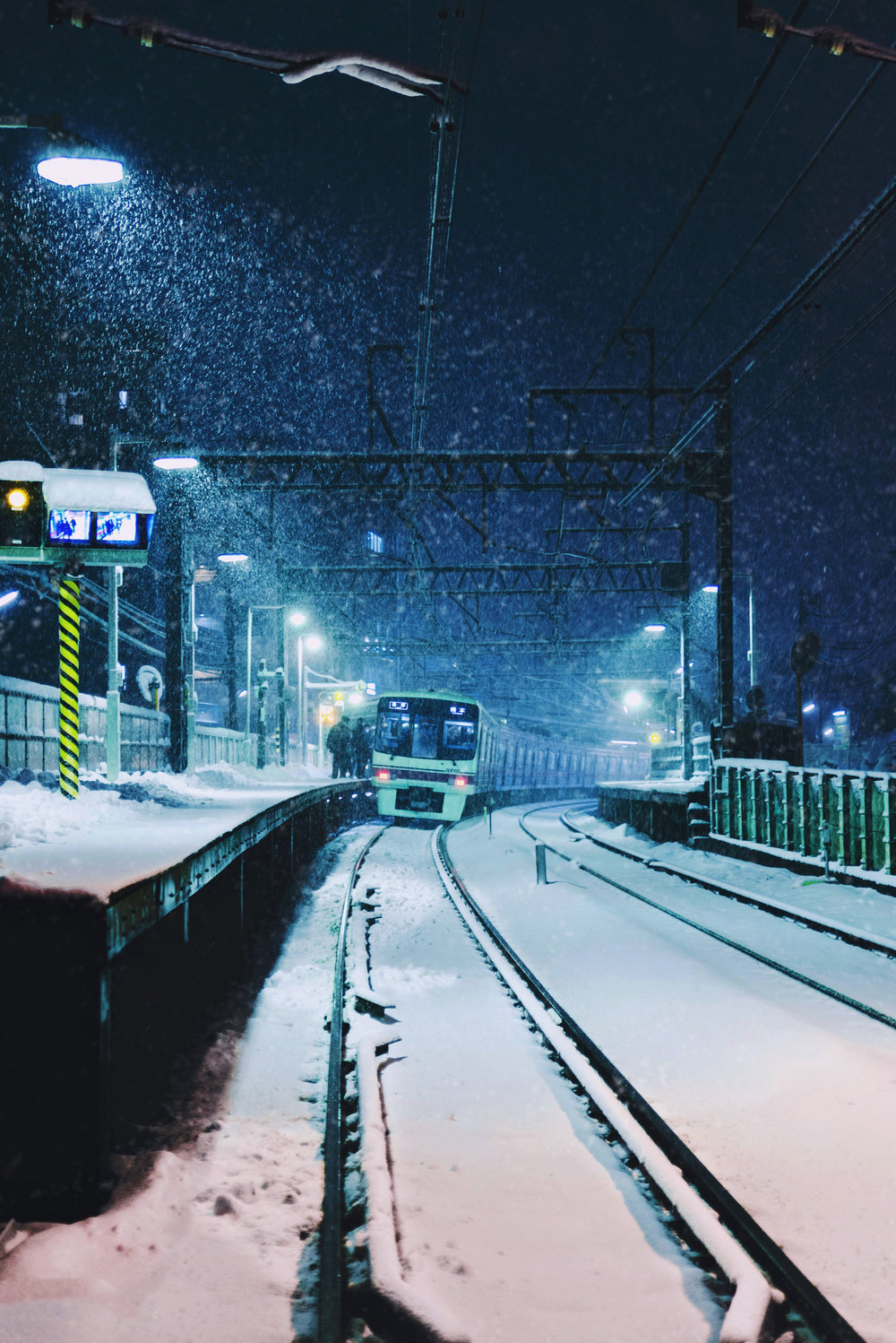 A Keio train headed for Hashimoto pulls into Shimotakaido station. [  BUY PRINT  ]