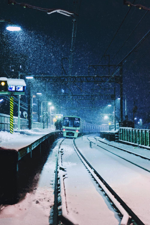 A Keio train headed for Hashimoto pulls into Shimotakaido station. [  BUY PRINT  ]