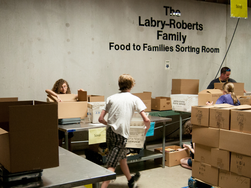 009_LAH_9578_Youth_Nashville_Mission_2014_FOOD_TO_FAMILY_800-600p.jpg