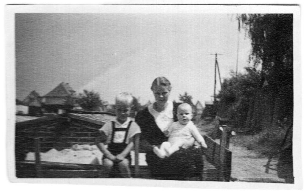 Michaels Onkel Fred, sein Vater Klaus und seine Oma Amanda Löschau in den 30er Jahren in der Gärtnerei In der Ehnernstraße.