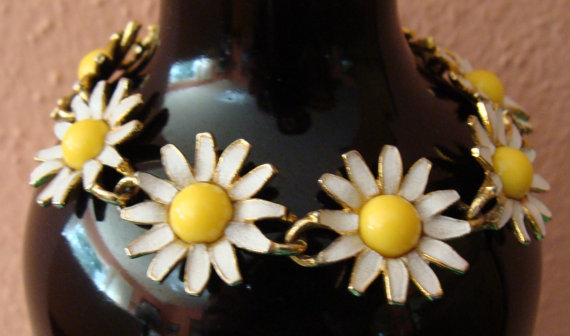 https://www.etsy.com/listing/293997009/weiss-gold-tone-and-enamel-daisy?ga_order=most_relevant&ga_search_type=vintage&ga_view_type=gallery&ga_search_query=daisy%20bracelet&ref=sr_gallery_27