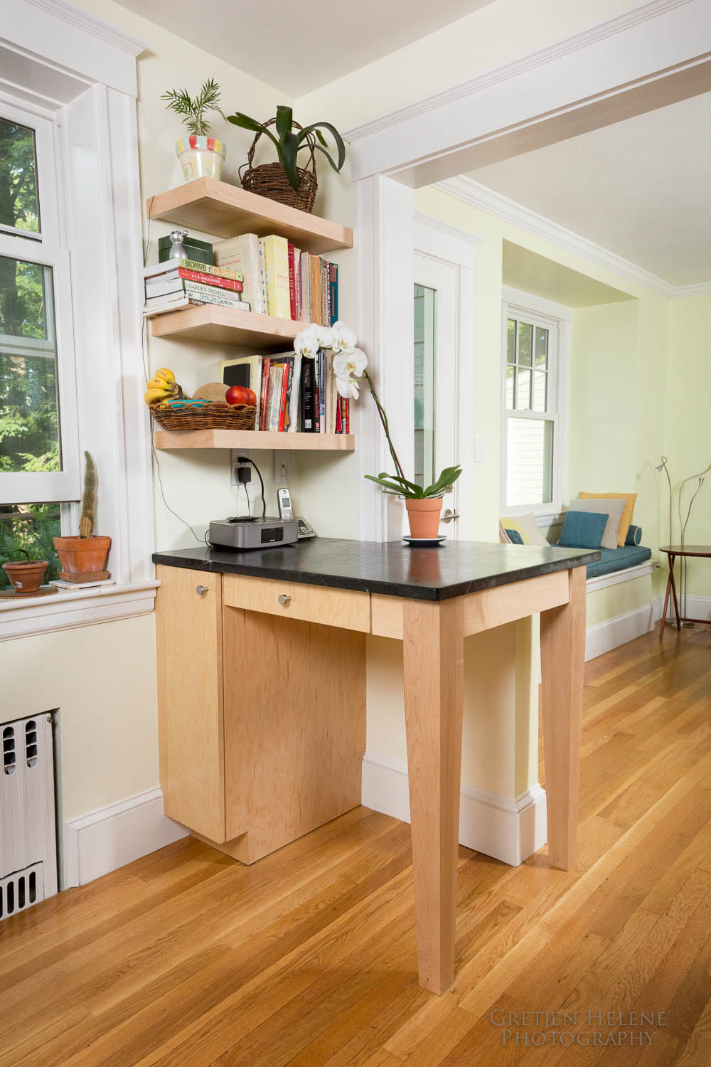 Niche desk/breakfast bar