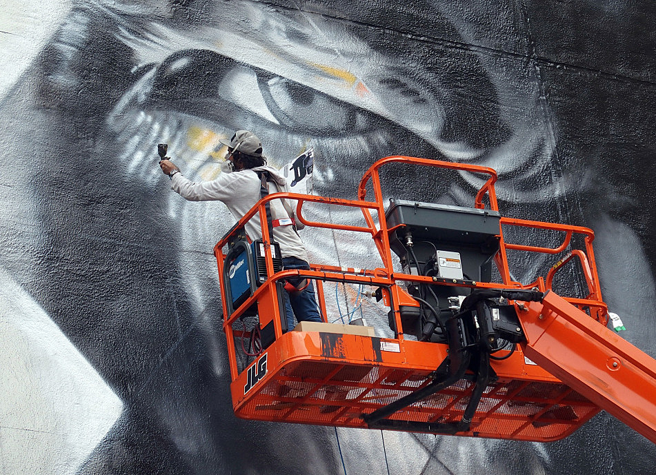 On the second day of painting, August 27, 2015, Eduardo Kobra roughed in details of the elder Dylan in the mural.