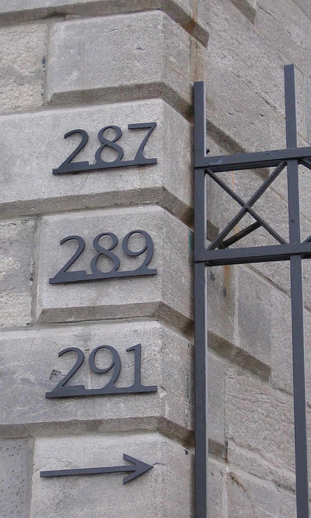 287 289 291 - Le style classique de ces adresses se marie à l'architecture de cet immeuble de copropriétés en pierre grise du Vieux Montréal.Matériau: acier inoxydableFini:émail cuit noir semi-lustréÉpaisseur: 0,25 pouceHauteur (numéros): 4 poucesHauteur (barre): 0,5 pouce