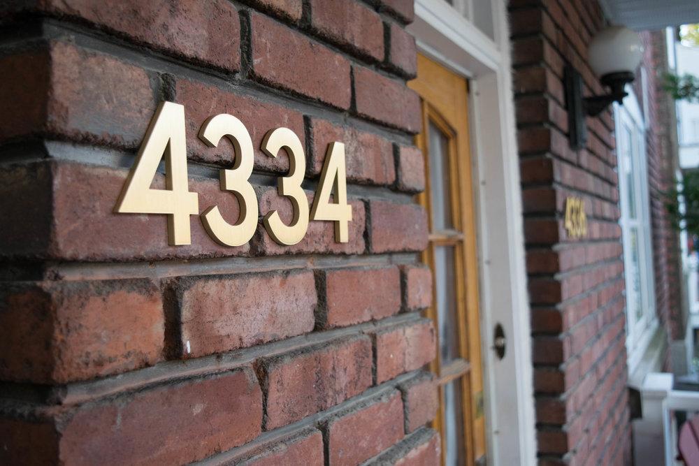 4334 4336 - Le propriétaire de ce duplex s'inquiétait de la visibilité de son adresse. Nous avons donc opté pour une police plus épaisse en laiton.Matériau: laitonÉpaisseur: 0,25 pouceHauteur: 4 pouces