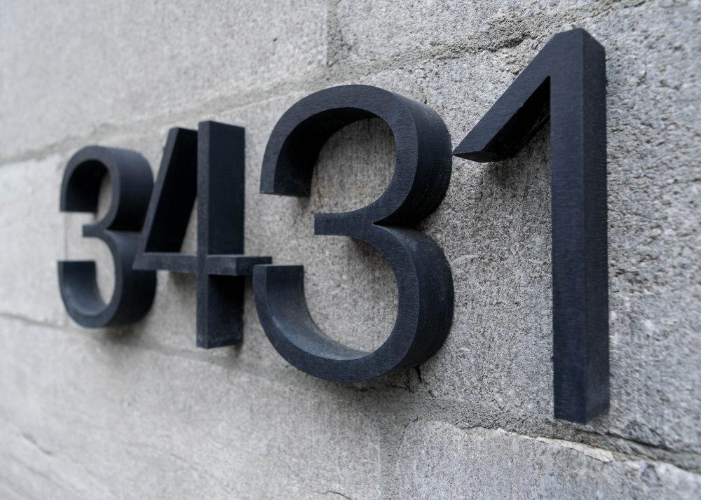 3431 - Chiffres sans empattements (sans serif) et fins. Pour améliorer la visibilité et conférer à cette adresse un style contemporain, nous avons utilisé un aluminium d'une épaisseur de 1 pouce.Matériau: aluminiumFini: anodisénoirÉpaisseur: 1 pouceHauteur: 5 pouces