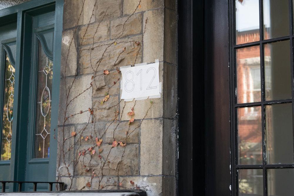 - Vous recevrez un gabarit avec votre nouvelle adresse pour vous assurer que les chiffres sont droits et installés avec l'espacement approuvé.Collez le gabarit à votre mur à la hauteur choisie. Vérifiez le positionnement des trous avant de percer, pour vous assurer que vos trous ne sont pas sur le bord d'une brique, par exemple. Assurez-vous que le gabarit est de niveau!