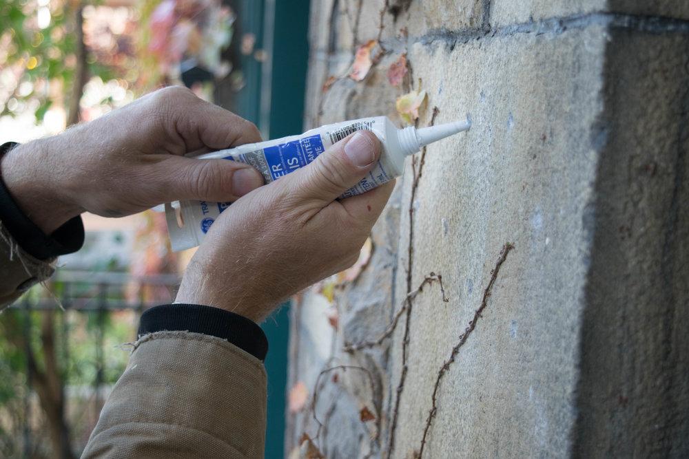 - Pour fixer les chiffres sur le mur, vous pouvez ajouter une goutte de silicone dans chaque trou avant d'insérer les goujons à l'arrière des chiffres.