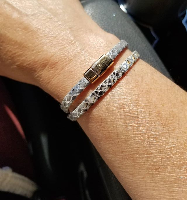 Going into this short work week nice and easy with this 5mm Silver Snake Embossed Learger Doyble Wrap Bracelet with Rose Gold Clasp. Simple but Sassy!