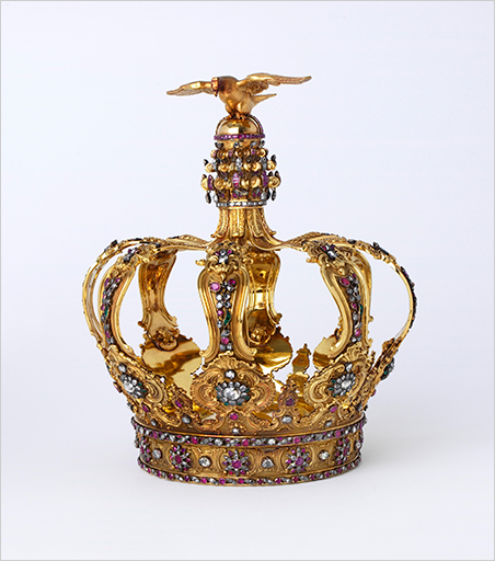 Crown made of diamonds, emeralds and rubies set into a gold crown with rococo scrolls, about 1750 [sic]. (Photo: © The Rosalinde and Arthur Gilbert Collection on loan to the V&A)