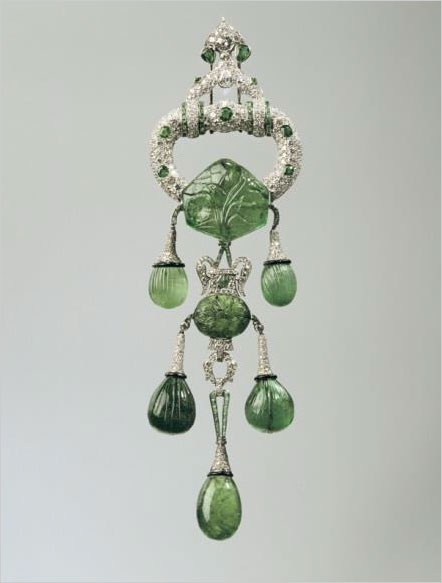 "This brooch includes seven 17th-century Mogul cut emeralds with a total weight of 250 carats. In the display it is paired with a necklace on loan from the National Museum of Natural History that ""features 24 baroque-cut emerald drops, each topped with a smaller emerald bead,"" according to the press release. ""It was originally a sautoir—a longer necklace that could be worn with the brooch as a pendant—that she had shortened to adapt to new fashion dictates in 1941."" (Photo: Hillwood Estate, Museum & Gardens press release)"