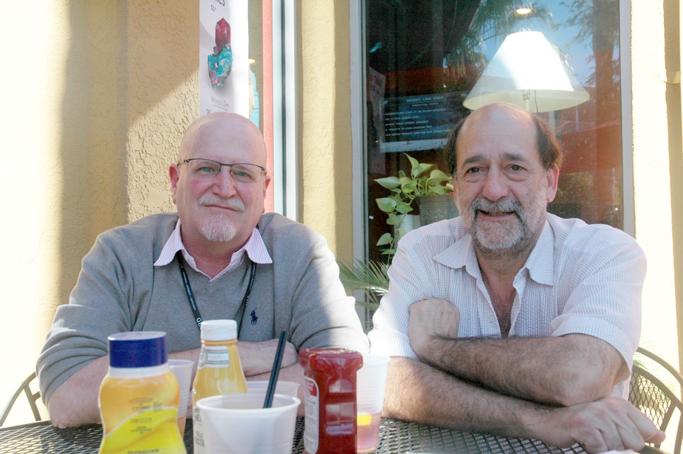 Dana Schorr  , right, with Richard W. Hughes at the Tucson Show in 2014. (Photo: Elise Skalwold, who helpfully pointed us to the   Independent   stories)