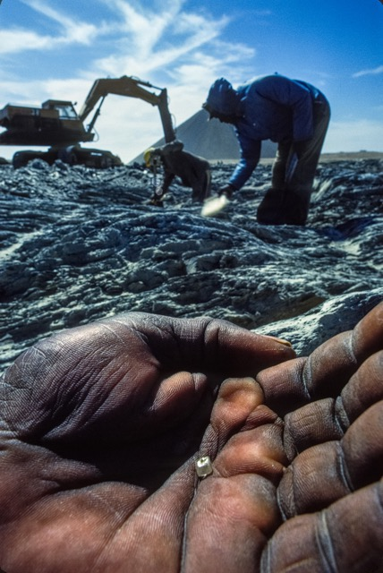Picking diamonds by hand. (Photo: Fred Ward)