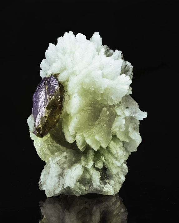 Prehnite and tanzanite from Tanzania, 5.5 x 4 x 4 cm. (Photo by Mia Dixon)