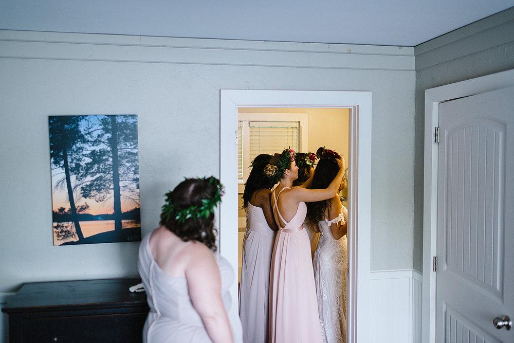 Muskoka-Cottage-Wedding-Photography-Photographer_Photojournalistic-Documentary-Wedding-Photography_Vintage-Bride-Sherwood-Inn-Lake-Wedding-Venue_Bridesmaids-Getting-Ready-with-Bride.jpg