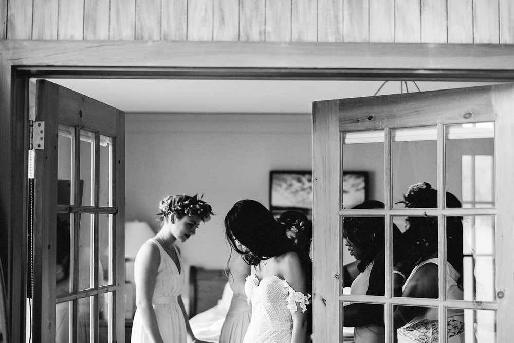 Muskoka-Cottage-Wedding-Photography-Photographer_Photojournalistic-Documentary-Wedding-Photography_Vintage-Bride-Lovers-Land-Dress_Rue-Des-Seins_Bridal-Portrait-Boho-bride-getting-ready-with-bridesmaids.jpg