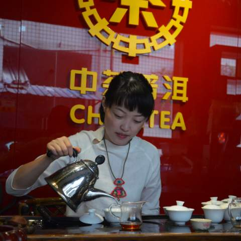 Ms Shu, she is the general manager of He Qifang the official distributor of CCNP Zhongshan in Zhejiang province. She is my first stop when its about authenticity of old Pu-erh, especially of eighties and nineties, where she shares her daily practice.