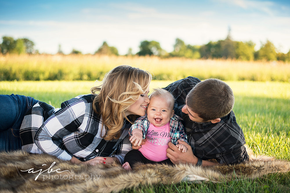 outdoor family photoshoot detroit michigan family photographer.jpg